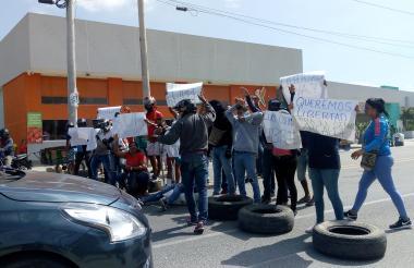 Manifestantes se tomaron la Troncal del Caribe en Ciénaga.