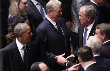 Los expresidentes Barack Obama y George Bush saludan al exvicepresidente Al Gore durante el homenaje público al senador John McCain.