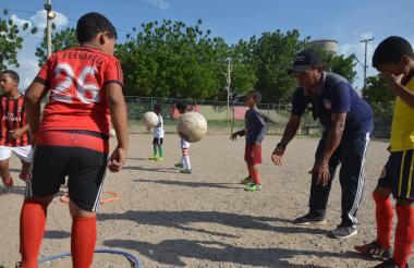 Luis Manuel Díaz, padre de 'Luchito', sigue formando jugadores en la escuela 'Club Baller', de la que hacen parte 130 niños en diferentes categorías.