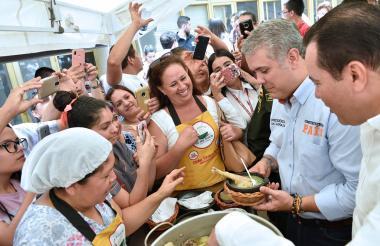 En la feria gastronómica de Socorro (Santander) el presidente Duque degustó sancocho de gallina criolla.