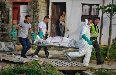 Técnicos del CTI trasladan el segundo de los cuerpos.