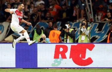 Falcao celebra su gol ante la mirada de aficionados y de periodistas.
