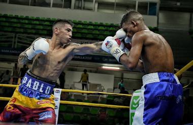 El boxeador Pablo Carrillo conecta un recto en la humanidad de José Soto en el Palacio de Combates.