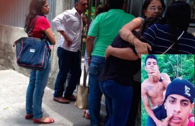 Los familiares de los jóvenes asesinados se abrazan en Medicina Legal este domingo.