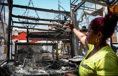 Rosmery Arenas observa los elementos perdidos de su negocio en el incendio.