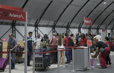 Viajeros hacen fila en los counters de Avianca para realizar el check in de su viaje.