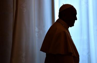 """El papa Francisco, blanco de ataques frontales de un sector ultra conservador de la Iglesia, afirmó este lunes que solo """"el silencio y el rezo"""" pueden combatir """"el escándalo"""" y """"la división""""."""