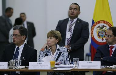 Alberto Carrasquilla, minhacienda; Cecilia Arango, mintrabajo; y José Manuel Restrepo, mincomercio, durante la reunión de la comisión en Bogotá.
