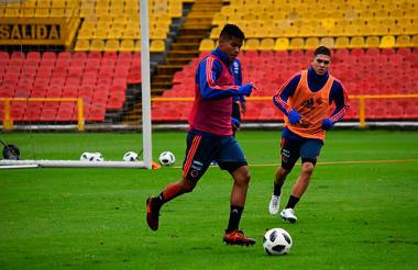 Los jugadores Wilmar Barrios y Luis Fernando Quintero durante un entrenamiento.