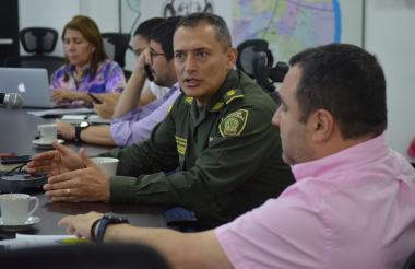 El general Botero Coy en el comité de orden público junto al secretario de Gobierno, Clemente Fajardo, y el jefe de la Oficina para la Seguridad y la Convivencia Ciudadana, Yesid Turbay.