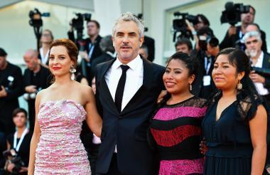 La actriz Marina de Tavira, el director Alfonso Cuarón, y las actrices Yalitza Aparicio y Nancy García, a su llegada a la premier de su filme 'Roma'.