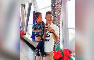 El niño que perdió el aparato auditivo en una foto con el exjugador del Junior, Roberto Ovelar.