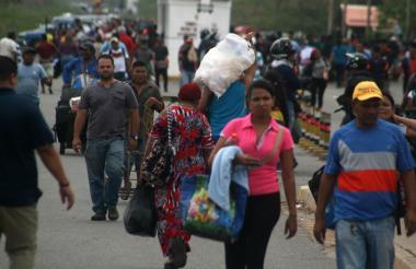Ciudadanos venezolanos atraviesan la frontera con Colombia por el puente de Paraguachón, en La Guajira.