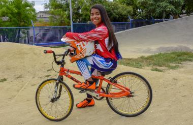 La bicicrosista barranquillera Melany Suárez en la pista del Jardín Botánico.