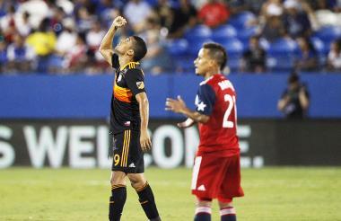 Mauro Manotas celebra su anotación, mientras Michael Barrios alienta a sus compañeros.
