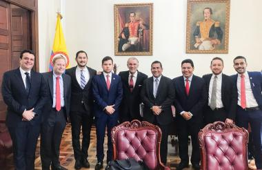 El gobernador Verano con el presidente de la Cámara, Alejandro Chacón, y el ponente Harry González del Caquetá y el presidente de la Federación Nacional de Departamentos, Marcelo Mejía, entre muchos otros.