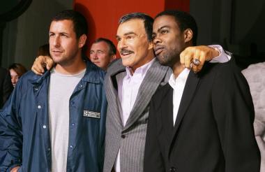 """Los actores Adam Sandler, Burt Reynolds y Chris Rock posan en el estreno de """"Golpe bajo"""" en mayo de 20015 en Los Ángeles."""