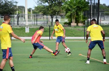 Luis Díaz, extremo de Junior, encara la marca de Santiago Arias durante una de las prácticas que la Selección Colombia hizo en Miami.