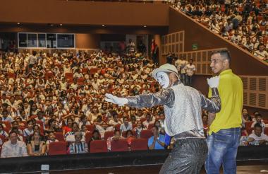 Risas y manos extendidas en señal de aplauso fue el agradecimiento del público.