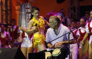 Verano en su improvisada interpretación del bongó.