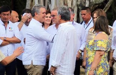 El presidente de la República, Iván Duque, saluda a los gobernadores del Atlántico, Eduardo Verano, y de Sucre, Edgar Martínez, antes de iniciar la cumbre que se realizó ayer en Mompox, Bolívar.