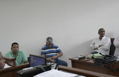 Los tres capturados en la sala de audiencias del Centro de Servicios Judiciales.