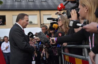 El primer ministro sueco, Stefan Lofven, de los socialdemócratas, habla con los periodistas.
