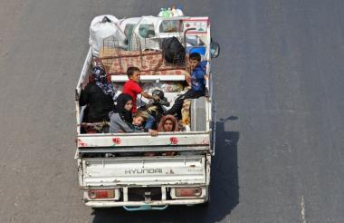 Una familia sale desaplzada en un camión.