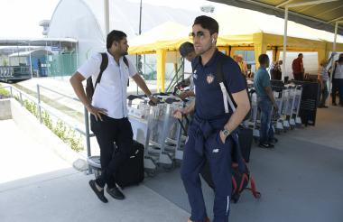 El arquero uruguayo Sebastián Viera a su arribo ayer al aeropuerto Ernesto Cortissoz de Barranquilla.