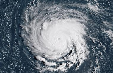 """Se espera que el huracán Florence se convierta en un peligroso """"huracán mayor"""" para la noche del lunes cuando se dirige hacia la costa este de los EE. UU."""