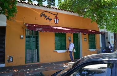 Un transeúnte pasa ante algunos de los locales cerrados en la capital del Cesar.