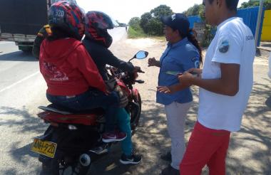 Un motociclista recibe información en la vía.