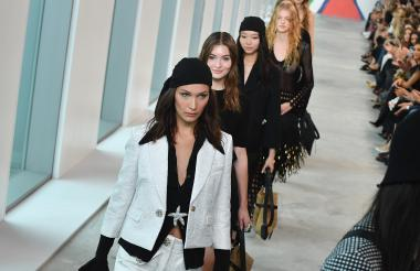 La modelo Bella Hadid en la pasarela de Kors.