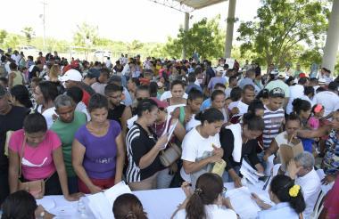 Aglomeración de personas que tramitaban ayer documentos de identidad en el Centro Integral de Suan.