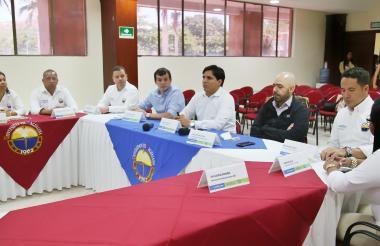 El presidente de la SAC, Jorge Bedoya (de negro), reunido con el presidente de Asbama y directivos de la Unimagdalena.