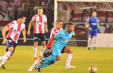 Celis y Cuéllar marcando a Macnelly en la Copa 2015.