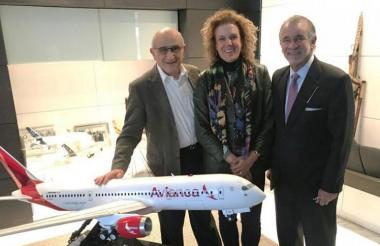 Germán Efromovich, presidente de Avianca; María Paula Duque, vicepresidente de Relaciones Estratégicas y Experiencia del Cliente, y Eduardo Verano, gobernador del Atlántico.