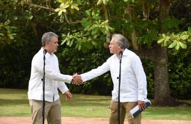 Iván Duque y Luis Almagro luego de la reunión que sostuvieron en Cartagena.