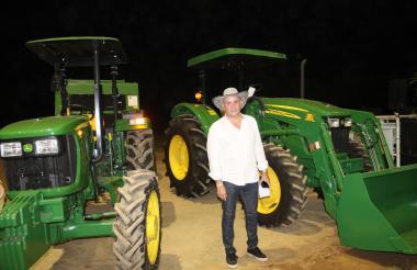 El gobernador Franco Ovalle anunció que se entregarán: un tractor, una enfardadora, un equipo para silos y un renovador de praderas a las asociaciones de productores.