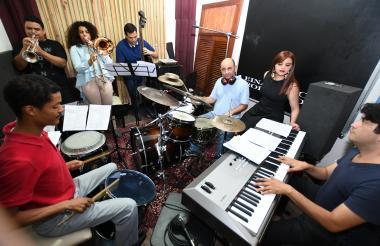 El ensamble de músicos de Barranquilla durante un ensayo de la Cumbia & Jazz Fusion.