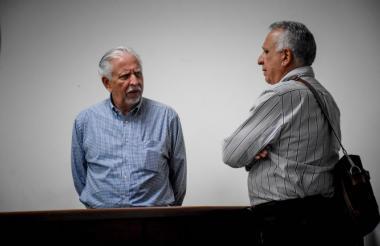 Ramón Navarro en diálogo con su abogado, en el Centro de Servicios.