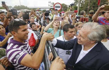 El uruguayoi Luis Almagro saluda a compatriotas que han llegado a Colombia por el lado de Cúcuta.