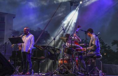 Antonio Arnedo Quinteto toca su saxofón en Barranquijazz a la Calle en la Plaza de la Paz.