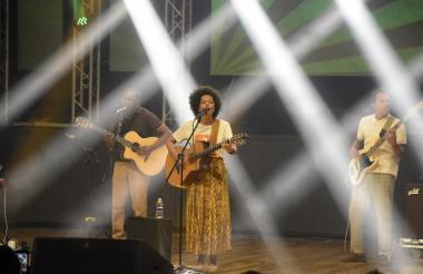 Sara Tavares canta para su público barranquillero en el Salón Jumbo del Country Club.