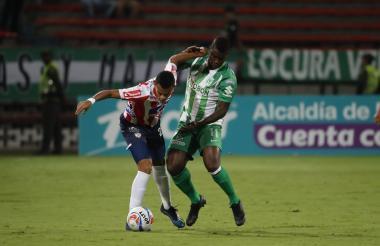El delantero del Junior, Luis Díaz, controla el balón ante la marca del jugador de Nacional, Carlos Rivas.
