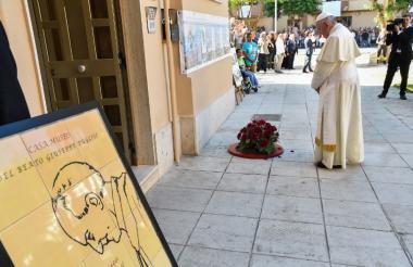 El papa Francisco puso una corona de flores en el sitio en el que cayó asesinado el sacerdote siciliano Pino Puglisi en 1993.
