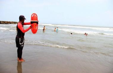 Un salvavidas emite señal de cuidado a bañistas.