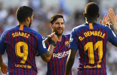 Luis Suárez, Lionel Messi y Dembelé celebrando la victoria.