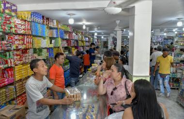 Compradores en un establecimiento comercial en Barranquilla.