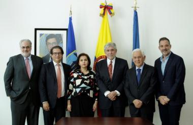 Pablo G. Obregón, Rodolfo Zea, Delia Cedeño, Rafael de la Cruz y Mario Suárez tras firmar la alianza.